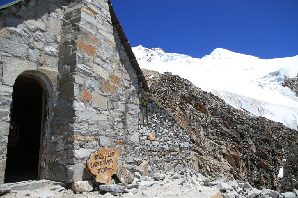 Le refuge à 5130m et le sommet au fond... Ou en haut..